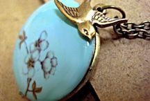 Lieblingsfarbe: Türkis / Türkisfarbene Schmuckstücke sind etwas Besonderes. Wir haben verschiedenste Schmuckstücke mit unterschiedlichen Türkistönen. Ob Ohrringe, Ketten, Armreifen oder Uhren, hier dominiert die Lieblingsfarbe: türkis.