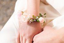 Bracelet fleurs / Témoin, cortège ou même mariée : le bracelet de fleurs est délicat et romantique