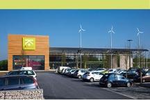 Enseigne Kbane / Leroy Merlin a décidé de créer une enseigne de bricolage éco-responsable. Cette enseigne proposera des produitspermettant une économie d'énergie (comme des ampoules basse consommation, des bacs de rétention d'eau de pluie…), des matériaux déco pauvre en éléments polluants (comme des lino en chanvre, des peintures sans dérivés de pétrole…), et des installations énergétique (comme des pompes à chaleur, des chaudières thermodynamiques, ou des capteurs solaires…).