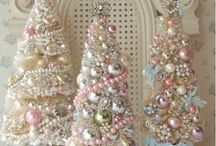 Shabby Chic Christmas / Beautiful Shabby Chic Christmas Décor, Trees, Ornaments and more!