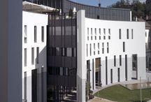 Municipio di Brunico (BZ) / fornitura e posa di facciate continue, facciate puntuali, serramenti in alluminio, frangisole a lamelle.