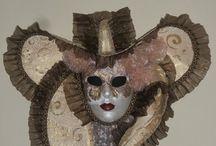 Ortam maskeleri / Ortam maskeleri dekorasyon amaçlı maskelerdir. Tamamı el yapımı olan bu maskeler arkadaşlarınız için şahane ev hediyesi olabilir.Resimdeki maskelerin bir diğer özelliğide tek olmaları.