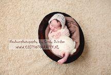 newbornfotografie / Niets is mooier dan het prille leven van een pasgeboren baby vast te leggen. Deze shoots vinden plaats binnen 2 weken na de geboorte.
