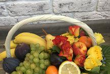 Корзина из фруктов и цветов