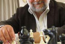 Échecs & Senior / Le jeu d'échecs est très profitable à tout âge de la vie. Jeu de réflexion, il est avéré qu'il retarderait la prévalence de la maladie d'Alzheimer.