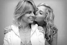 """Szülői minták / Van egy szép magyar mondás: """"Nézd meg az anyját, vedd el a lányát!"""". Szüleinktől valóban sok mindent öröklünk, (fizikai megjelenésünk egy részét, magatartási mintákat, habitust), sőt még az életútjuk bizonyos szakaszait is megismételjük néha. Vajon milyen mértékben van szüleink élete és viselkedési mintáik befolyással a mi életünkre, és hogyan tudjuk a javunkra fordítani, vagy szükség esetén kitörölni a tőlük tanult, mélyen rögzült mintákat?"""