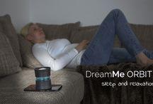 """DreamMe ORBIT / Das Smartphone als Pocket Planetarium  """"Werde zum Astronaut der sich im Orbit um den ausgewählten Planeten bewegt.""""  Die beruhigende Rotation der Planeten und der entspannende integrierte Soundteppich lassen erwiesenermaßen den Pulsschlag reduzieren und die Gedanken in ferne Galaxien schweifen. So bereitet DreamMe ORBIT den Benutzer auf die Schlafphase vor und hilft beim Entspannen. Wahlweise kann der Entspannungs- oder Einschlafsounds zur Rotation ausgewählt und abgespielt werden."""