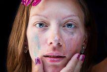 Małe dziewczynki robią makijaż swoim mamom / Małe dziewczynki robią makijaż swoim mamom