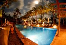Txai Resort Itacaré / O Txai Resort Itacaré está localizado na paradisíaca praia de Itacarezinho, distante 15 km da cidade de Itacaré e 48 km de Ilhéus, na costa sul do estado da Bahia, conhecida como Costa do Cacau. O hotel fica dentro de uma propriedade de 100 hectares de mata atlântica nativa, antiga fazenda de coco e cacau, bem em frente ao mar e que faz parte da Área de Proteção Ambiental (APA) Itacaré Serra Grande.