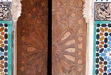 """Porte / Specialisti in PORTE DA INTERNO : Oltre 485 modelli di porte in tantissime essenze di legno, vastissima gamma di colori laccati, porte scorrevoli tipo """"scrigno"""" o esterno parete, porte a libro. Realizziamo vetrate artistiche di elevato livello."""