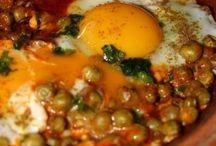 tajine de petits pois et des œufs sur le plat et boulette