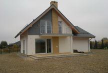 Projekt domu Gucio / Projekt domu Gucio to parterowy domek jednorodzinny z poddaszem użytkowym dla rodziny cztero-pięcioosobowej. Zaprojektowany został na planie prostokąta i przekryty symetrycznym dwuspadowym dachem. Prosta bryła budynku w połączeniu z nowoczesnym detalem i materiałami daje atrakcyjny wygląd zewnętrzny domu.