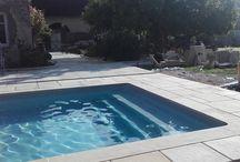 Margelles en pierre reconstituée, modèle plate Abbatiale / Margelles pierre reconstituée, margelles plates Abbatiales, aménagement piscine, revêtement des abords de piscine avec margelles plates.