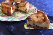 Cheesecake con pere e gocce di cioccolato aromatizzata alla cannella.