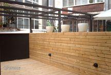 Instalación de tarima y pérgola de madera en patio interior de Barcelona