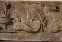 Fregio con delfini, XV secolo. Dalla Badia fiorentina / Fregio con delfini, XV secolo. Dalla Badia fiorentina. XV secolo. Firenze, Bargello (cortile)
