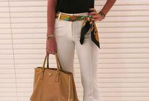 combinación con amirillo y negro y pantalon blanco
