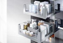 Sertare mobilier LEGRABOX BLUM / LEGRABOX, elegantul sistem box pentru fiecare domeniu al locuintei, a luat nastere din orientarea noastra dupa idealul unui sertar. Caracteristic pentru aspectul produsului sunt liniile clare, cu linii de accentuare ca element central de configurare. Limbajul redus al formelor a primit deja numeroase distinctii internationale. Cu sistemul potrivit de compartimentare AMBIA-LINE, in afara de ordine placuta in interiorul mobilei, se creeaza intotdeauna o imagine de ansamblu armonioasa.