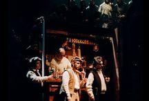 """MES PROD: L'OPÉRA D'ARAN / J'ai eu la grande chance en étant au Conservatoire National Supérieur de Musique de Paris de participer à la création de """" L'Opéra d'Aran"""" de Gilbert Bécaud qui eut lieu au Théâtre des Champs Elysées et qui fut joué durant trois mois. Tout y était fastueux, directions d'orchestre avec Georges Prêtre et Serge Baudo...la distribution avec Rossana Carteri, Alvino Misciano, Peter Gottlieb... Le Choeur était dirigé par Elisabeth Brasseur et des élèves du Conservatoire de Paris.Ce fut un énorme succès...sauf pour la critique qui n'admet pas qu'un chanteur de variété se permette de créer un opéra en plein milieu du XXem Siècle ( 1962 ! ) Bien des années plus tard Michel Jarry directeur de l'Opéra de TOURS et qui lui aussi avait participé à cette création me demanda de créer une nouvelle production qui tourna pas mal en France."""