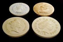 Královna Alžběta II. / Prestižní mincovna The Royal Mint, jíž je Národní Pokladnice oficiálním distributorem, představila již 5. portrét královny Alžběty. Na nový portrét se na mincích můžete těšit již letost. A jak šel čas napříč královninými portréty a s královnou samotnou? Podívejte se sami :)