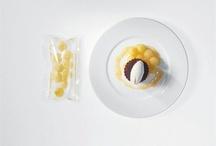 Вакуумная еда / С продуктами, угодившими в вакуум и подвергнутыми в вакууме долгой и мягкой термической обработке, происходит нечто особенное. Что-то, что не объяснишь одной биохимией. Они становятся другими. Вкус, цвет, нежность текстуры, аромат - всему этому как будто поворачивают ручку громкости до отказа. Не зря готовка в вакууме - по-французски sous-vide - в последние годы не выходит из моды.