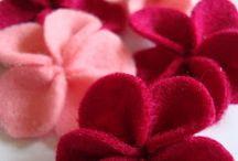 Knutselen Viltbloemen / Bloemen maken, door bloemvormen te knippen uit lapjes wolvilt en er met naald en draad (of met een lijmpistool) een mooie bloem van te maken.
