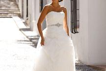 Weselne kreacje / Każde wesele wymaga unikalnego przepięknego stroju. Organizujemy wesela od wielu lat i co weekend podziwiamy co raz to ciekawsze kompozycje.