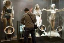 """Toilette sexy / Nelle toilette maschili del centro commerciale di Sao Joao da Madeira, in Portogallo, ci si può imbattere in procaci ragazze dai succinti vestiti. Tranquilli, non sono in carne, per il sommo dispiacere dei nostri lettori maschietti. Ma alle mogli non va meno peggio: modelli aitanti e muscolosi, sempre finti (e sempre """"purtroppo""""), faranno loro compagnia nei servizi a loro riservati."""