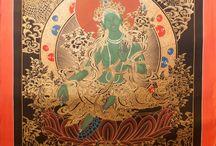 Thangka Malerei / Thangka-Malerei ist eine aus Nepal und Tibet stammende, mehr als 1000 Jahre alte Kunstform. Alle Bilder werden nach traditionellen Regeln, mit Farben aus mineralischen Gesteinen und echtem Gold, ausschließlich von Hand gefertigt.