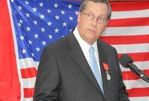 La Légion d'honneur remise au Texan Gene Dewhurst / Après son frère David en juin 2014, le second généreux donateur texan du musée d'Utah Beach a décroché la rosette, ce jeudi 2 octobre 2014