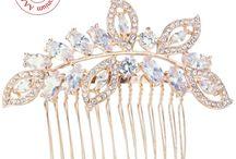 Rose Gold Or Rose Mariage / L'or rose revient en force dans les accessoires de mariée. Pour la coiffure ou en bijoux, cette couleur sera superbe avec une robe blanche donnant du peps à votre tenue de mariée. La couleur argent étant plus fade, le Rose gold mettra en valeur les perles ou pierres serties sur les bijoux.