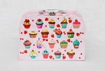 Maletinha Lembrancinha / As maletinhas dão charme e um ar festivo nas suas composições. Ficam lindas na mesa de doces, na decoração de ambientes, como embalagem para presentes criativos, em projetos artesanais e lembranças especiais. Abra a maletinha e mostre seus tesouros!