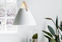 Biel w roli głównej / Biel we wnętrzach wcale nie musi być nudna. To kolor niezwykle elegancki i uniwersalny. Doskonale komponuje się z innymi barwami, tworząc niespotykane aranżacje.   Białe lampy to świeżość i elegancja, czyli duet idealny do stylowego wnętrza, które nigdy nie wyjdzie z mody.