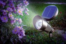 Faretti energia solare / I faretti solari per esterno, sono ottimi per illuminare zone buie del vostro giardino, il viale, le aiule e tante altre zone. Tutto avviene attraverso l' energia solare, il pannello solare ricarica le batterie interne e fa accendere il faretto al calar del sole.