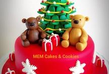 Tarta árbol de navidad  / Tarta realizada con  bizcocho de chocolate con pequeñas pepitas de chocolate negro. Decorada con figuras, árbol, paquetes de regalo y estrellas de pasta de azúcar.