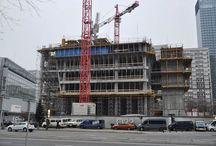 Biurowiec Q22 w Warszawie / Na rogu al. Jana Pawła II oraz ul. Grzybowskiej w Warszawie powstaje 155-metrowy biurowiec Q22. Budynek o powierzchni biurowej około 50 tys. m2 powstanie w miejscu rozebranego hotelu Mercure. Będzie jednym z dziesięciu najwyższych budynków w Polsce. Projekt wieżowca przygotowali architekci z renomowanej pracowni Kuryłowicz & Associates we współpracy z polskim oddziałem BuroHappold, a deweloperem jest spółka Echo Investment.