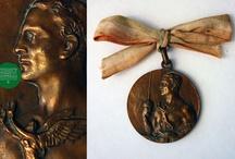 Nuestra colección Falerística / La colección de falerística de nuestro Museo, está compuesta por medallas como la otorgada a la Policía de Valparaíso con motivo del primer centenario (1910) y objetos conmemorativos, copas-trofeos y galvanos por triunfos deportivos, entre otros.