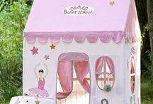 Kidsley Ballet School / When I grow up, I will be a prima ballerina ! The Ballet School collection is made of a big playhouse in fabric, a toy bag, a quilt and a toy storage. Fabric is 100% cotton and embroidered.  Quand je serai grande, je serai danseuse étoile ! La collection école de danse de Kidsley est composée d'une grande maison en tissu, d'un sac à jouets, d'un tapis de jeu et d'un coffre à jouets. Le tissu est 100% coton et les motifs sont brodés.