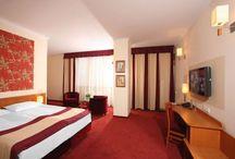 Wypoczynek w Hotelu Filmar**** / Nasz Hotel dysponuje bazą 154 wygodnych, gustownie urządzonych pokoi, w których wypoczynek sprawia przyjemność. Wyposażone są we wszystkie niezbędne sprzęty. Dodatkowo nasi Goście mogą spędzać czas na siłowni, w saunie lub zrelaksować się w jacuzzi. Zapraszamy!