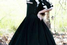 Costumes historiques / De magnifiques costumes à vendre, de plusieurs époques.
