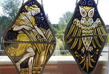 """Twee gebrandschilderde glas in lood raamhangers met voorstelling van respectievelijk """"Fladderende uil"""" en """"Landarbeider"""" mogelijk symbool voor de oogst"""