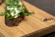 """Servier- und Tappasbrett """"Spessarträuber"""" / Spessartbrett """"Spessarträuber"""".  Das Brett zum servieren, und genießen.  Das Brett """"Spessarträuber"""" benutzen wir zum Beispiel als Servierbrett. Darauf kann man perfekt Käse, Obst, Wurst, Oliven, Häppchen, Tappas usw. servieren. Und das auch mal für mehrere Personen, das Tappas hat genug Platz.  Das Servierbrett """"Spessarträuber"""" ist 59 cm lang, 13,5 cm breit und 1,9 cm dick und aus Eichenholz. Made in Germany, Spessart."""