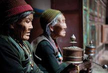 NEPAL/ MUSTANG. Descubriendo el reino de Lo Manthang. / Descubrir el valle de Kathmandu, los templos hindues y sus grandes monumentos budistas • Caminar a lo largo del río Kaligandaki que fluye en el valle más profundo del mundo • Admirar el paisaje del valle de Tramar con sus espectaculares rocas rojas