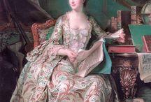 Rococò / il Rococò è un movimento artistico e architettonico nato in Europa nel XVIII secolo,discendente del Barocco,ma non suo sostituto, in quanto caratterizzato da valori fondamentali come la leggerezza,la luminosità e l'intimità in contrasto con la solennità del Barocco.