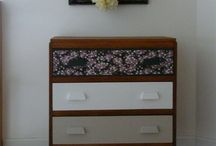 Chambre vintage esprit bohème / Des meubles vintages relookés dans un esprit bohème chic. On mixe les motifs à fleur avec des couleurs vives.
