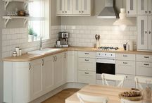 Cream Painted Shaker Kitchens / A modern take on the shaker style with high gloss cream panelled doors and a streamlined smart look.