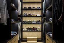 Hoog.design | Garderobekamer / Een garderobekamer is een handige ruimte waar u al uw kleding en accessoires op een overzichtelijke manier kunt opbergen. Kleuren en materialen bepalen een groot gedeelte van de sfeer en uitstraling van de ruimte. Ook is het mogelijk om te kiezen voor gesloten kasten of voor open rekken waar de kleding aan hangt. Daarnaast is het van belang dat u nadenkt over hoeveel ruimte u ter beschikking heeft voor uw garderobekamer. U wilt natuurlijk de ruimte zo maximaal mogelijk benutten.