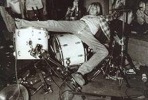 Grunge&gabber / In mijn profielwerkstuk heb ik de vraag gesteld: '' waarom zijn grunge en gabber zo kenmerkend voor de jaren 90? ''  Dit zijn de plaatjes die ik hiervoor heb verzameld. Dus vandaar dat het niet allemaal plaatjes zijn van grunge en gabber.