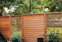 Schuttingen & Tuinafscheidingen / Ideeën en sfeerimpressies van diverse schuttingen en tuinafscheidingen. Schuttingen zorgen ervoor dat u in uw tuin kunt genieten van uw privacy. Wij hebben een ruim assortiment schuttingen, zo kunt u kiezen voor natuurlijke schuttingen, draadpanelen, hardhout schermen en zachthout schermen. Al onze producten zijn van uitstekende kwaliteit en leverbaar in diverse maten.