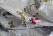 Foulard gris et écharpe grise / Pour femme ou encore pour homme vous trouverez ma plus jolie sélection de foulards et d'écharpes gris souris à gris anthracite. Des châle et étole pashmina, des foulards carrés en soie, des chèches en coton, des écharpes en lin, en laine ou en cachemire.